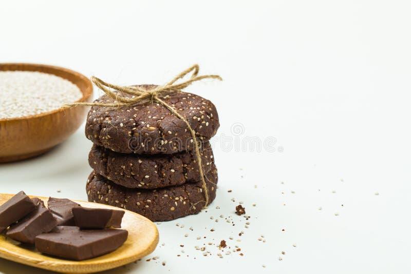 Pilha das cookies do chocolate do paleo da semente de Chia, com ingredientes imagens de stock royalty free