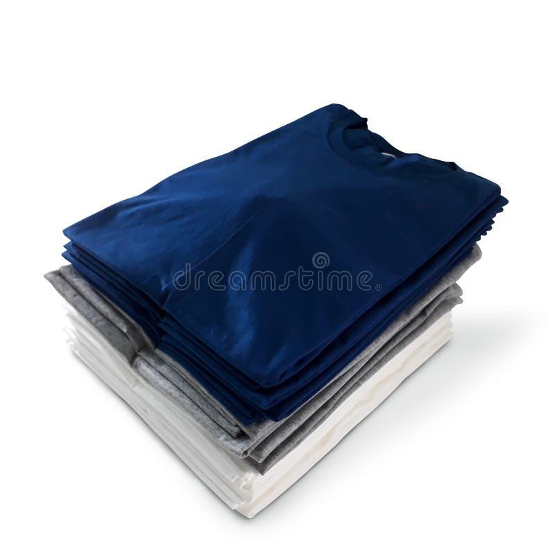 A pilha das cores dobrou os t-shirt isolados no fundo branco - fim acima Trajeto de grampeamento fotos de stock