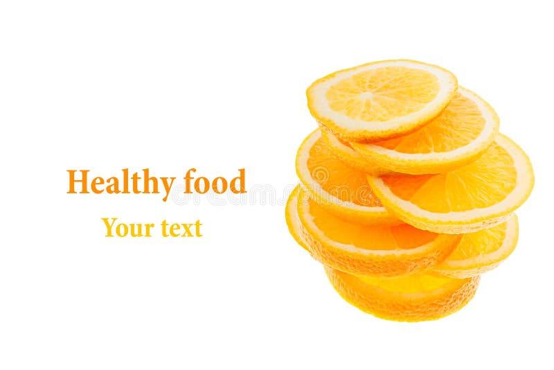 Pilha das fatias de laranjas cortadas em um fundo branco Isolado Copie o espaço Fundo da fruta imagem de stock royalty free