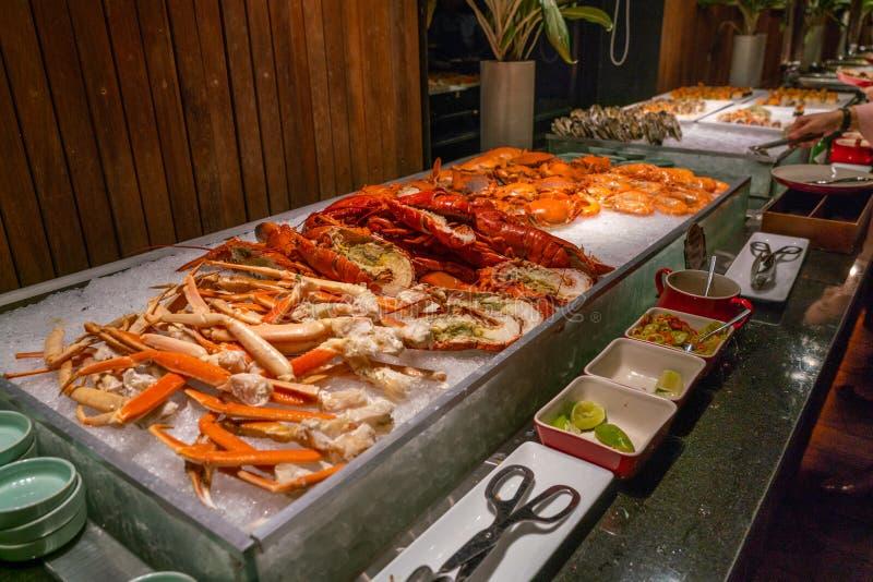 Pilha das lagostas e dos caranguejos no restaurante do bufete do marisco fotos de stock