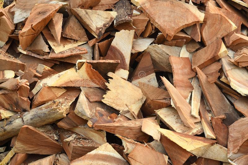 Pilha das microplaquetas de madeira dos moinhos da madeira serrada foto de stock royalty free