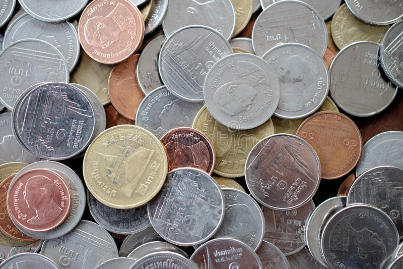A pilha das moedas do dinheiro mantém-se pelo fim da etapa acima imagem de stock