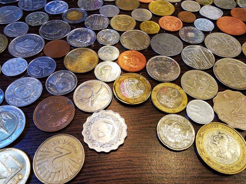 Pilha das moedas do país diferente fotografia de stock