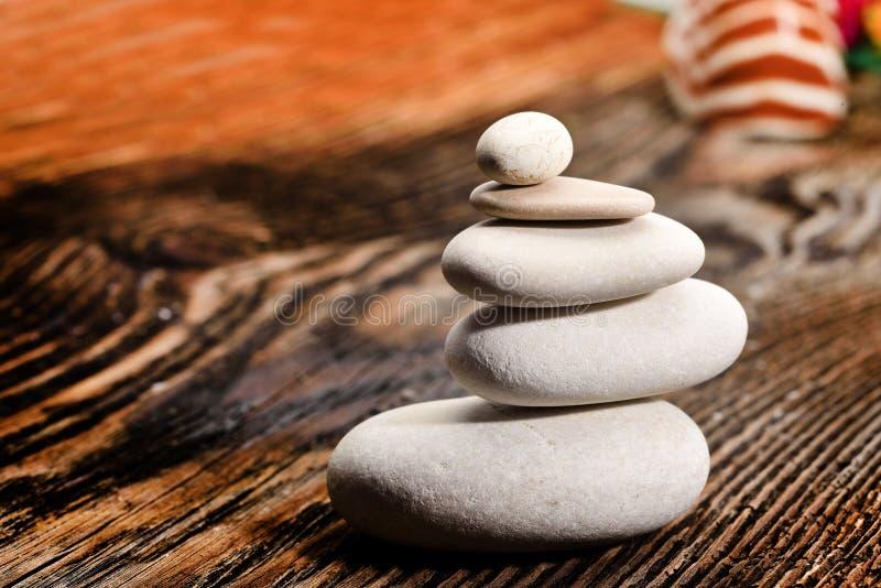 Pilha das pedras na tabela de madeira foto de stock