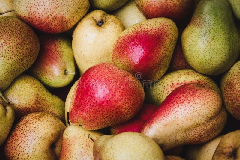 Pilha das peras no mercado do alimento - fundo da pera fotos de stock royalty free