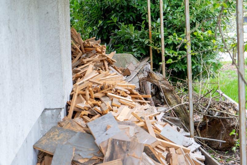 A pilha das sucatas de madeira cortou acima, ou aprontou-se para ser reutilizada e desperdícios reciclados, ou de outra maneira c imagens de stock