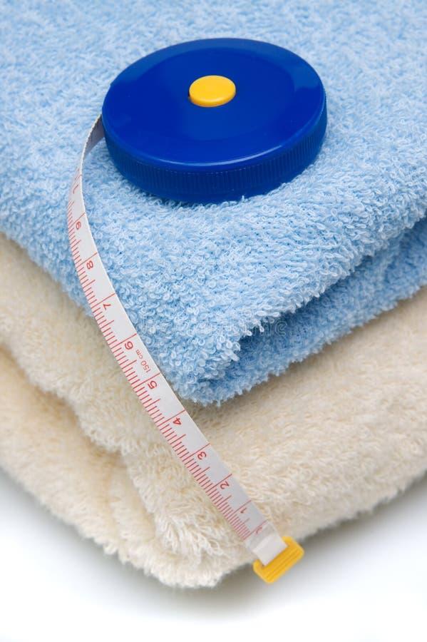 Pilha das toalhas e da medida de fita imagens de stock royalty free