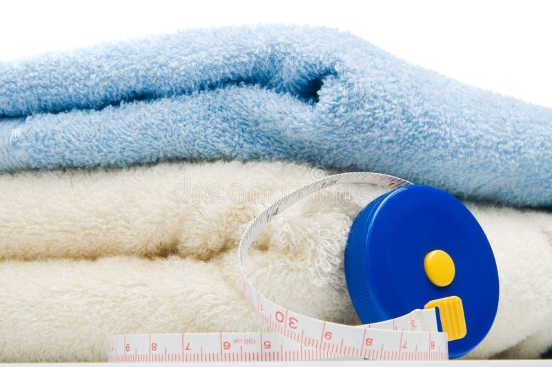 Pilha das toalhas e da medida de fita fotos de stock