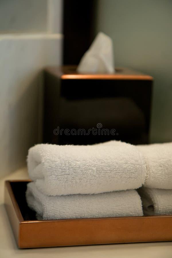 Pilha das toalhas em um banheiro do hotel imagens de stock