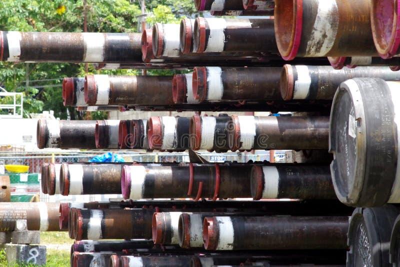 Pilha das tubulações usadas na indústria de petróleo e gás fotografia de stock royalty free