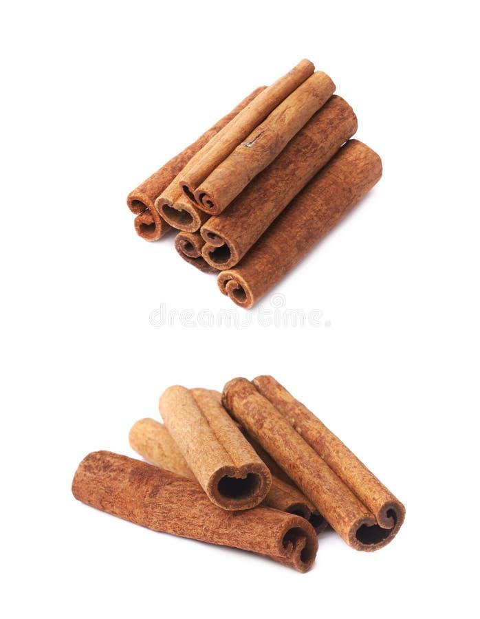 Pilha das varas de canela isoladas foto de stock