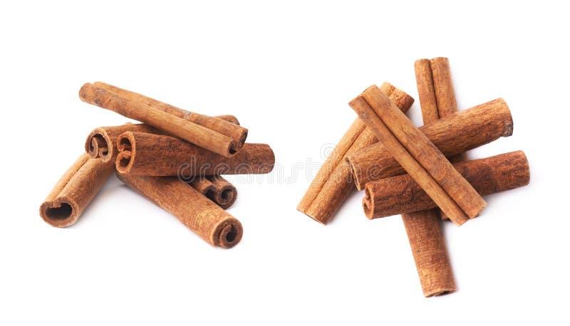 Pilha das varas de canela isoladas fotografia de stock royalty free