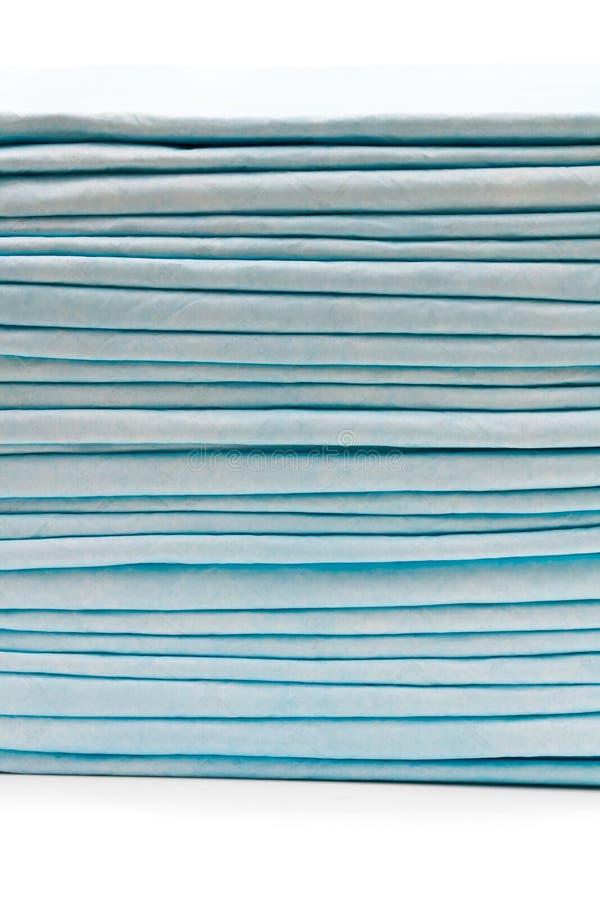 Pilha de almofadas de cama descartáveis isoladas no branco imagens de stock