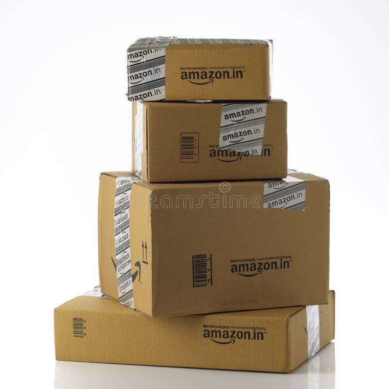Pilha de Amazonas nos pacotes no fundo branco foto de stock
