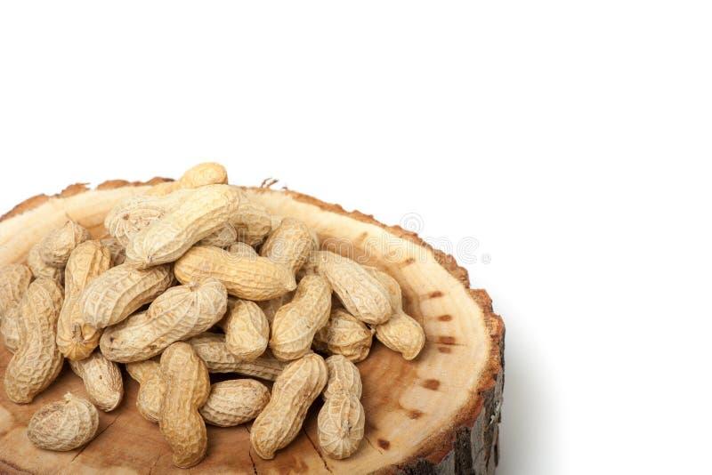 Pilha de amendoins unshelled, isolada no branco fotografia de stock royalty free