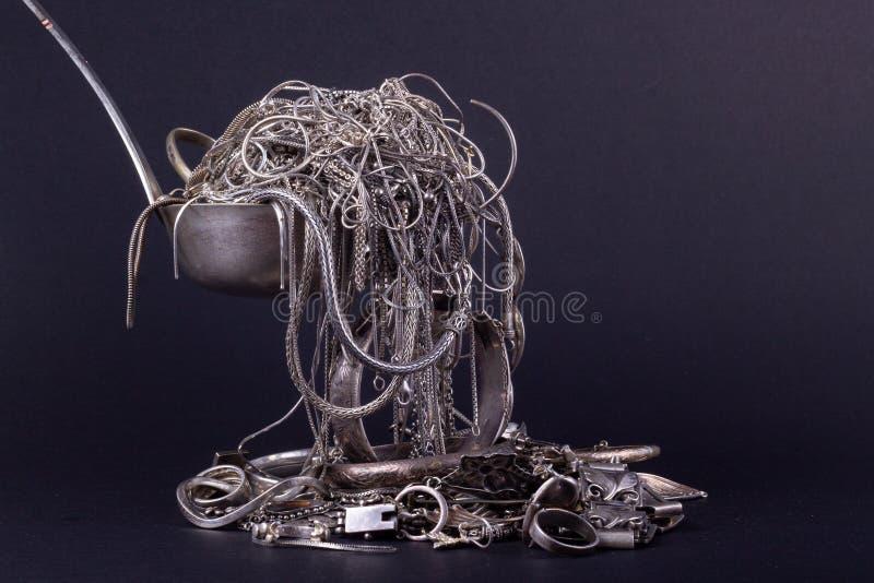 Pilha de artigos da prata da sucata fotografia de stock
