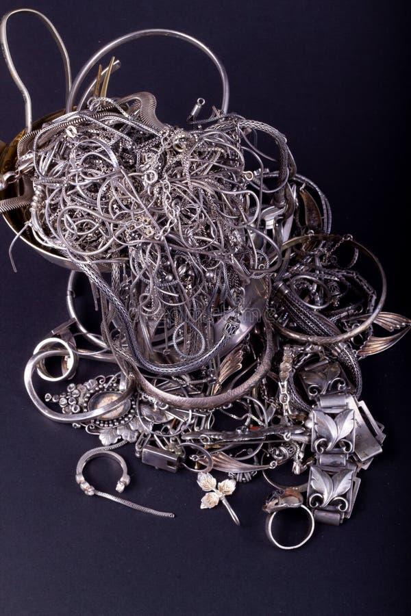 Pilha de artigos da prata da sucata fotografia de stock royalty free