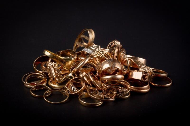 Pilha de artigos do ouro da sucata fotografia de stock