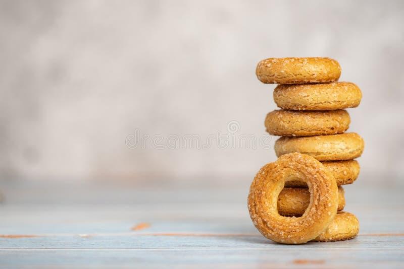 Pilha de bagels doces pequenos no fundo claro Com espa?o da c?pia imagem de stock
