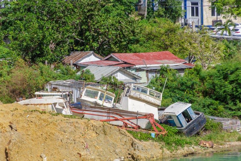 Pilha de barcos destruídos na costa fotos de stock royalty free