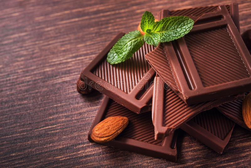 Pilha de barras de chocolate com porcas imagem de stock royalty free