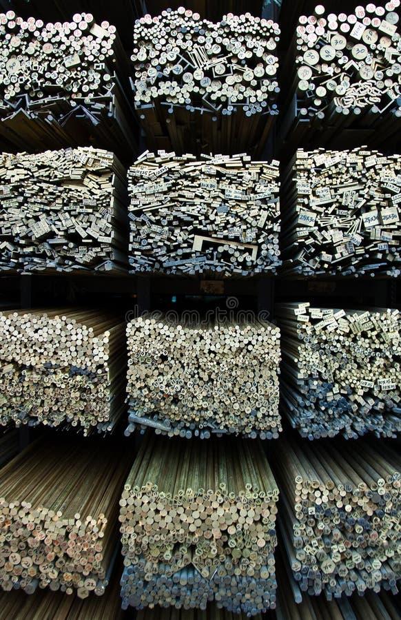 Pilha de barras de madeira numeradas em um armazém fotos de stock royalty free