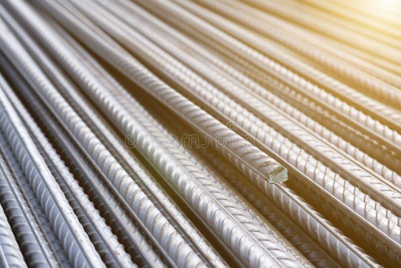 Pilha de barras do reforço do metal pesado com textura periódica do perfil Feche acima da armadura de aço da construção B industr foto de stock royalty free