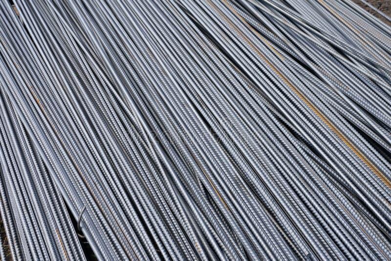 Pilha de barras do reforço do metal pesado com textura periódica do perfil Feche acima da armadura de aço da construção B industr fotografia de stock