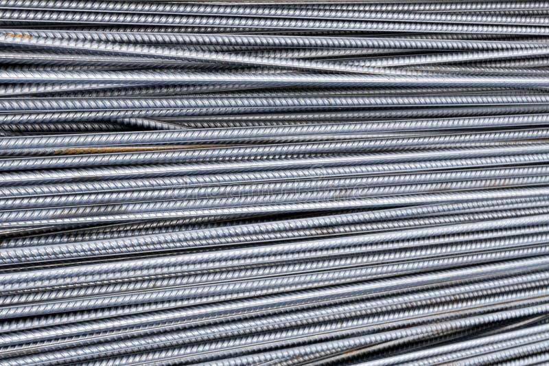 Pilha de barras do reforço do metal pesado com textura periódica do perfil Feche acima da armadura de aço da construção B industr foto de stock