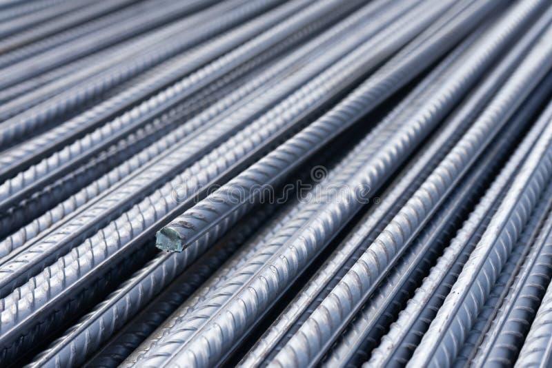 Pilha de barras do reforço do metal pesado com textura periódica do perfil Feche acima da armadura de aço da construção B industr fotografia de stock royalty free