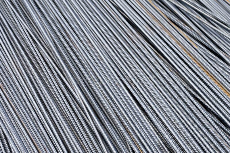 Pilha de barras do reforço do metal pesado com textura periódica do perfil Feche acima da armadura de aço da construção B industr imagem de stock royalty free