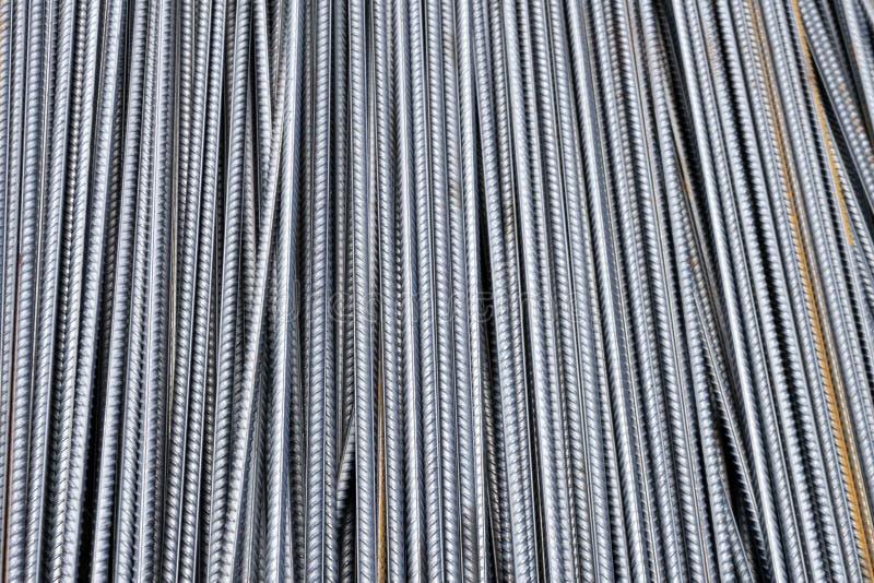 Pilha de barras do reforço do metal pesado com textura periódica do perfil Feche acima da armadura de aço da construção B industr imagens de stock royalty free