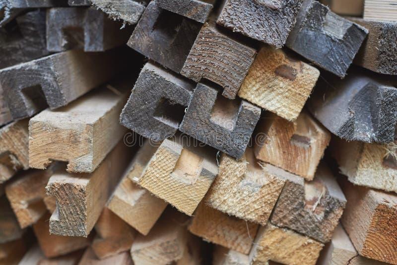 Pilha de barras de madeira escuras e claras imagem de stock