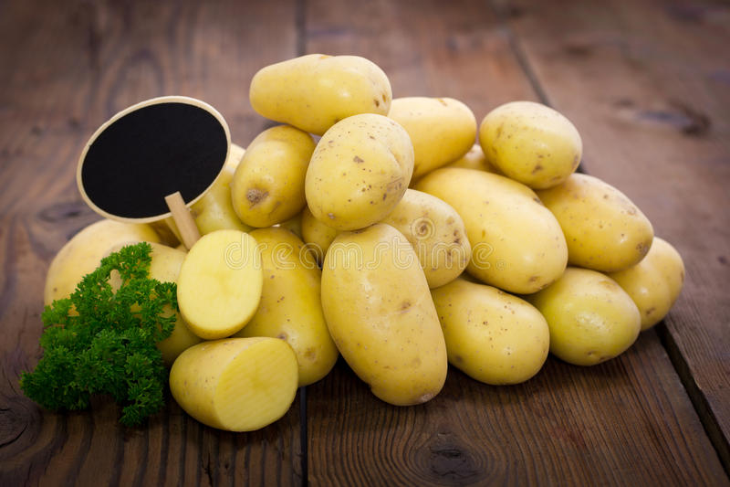 Pilha de batatas orgânicas frescas fotos de stock royalty free