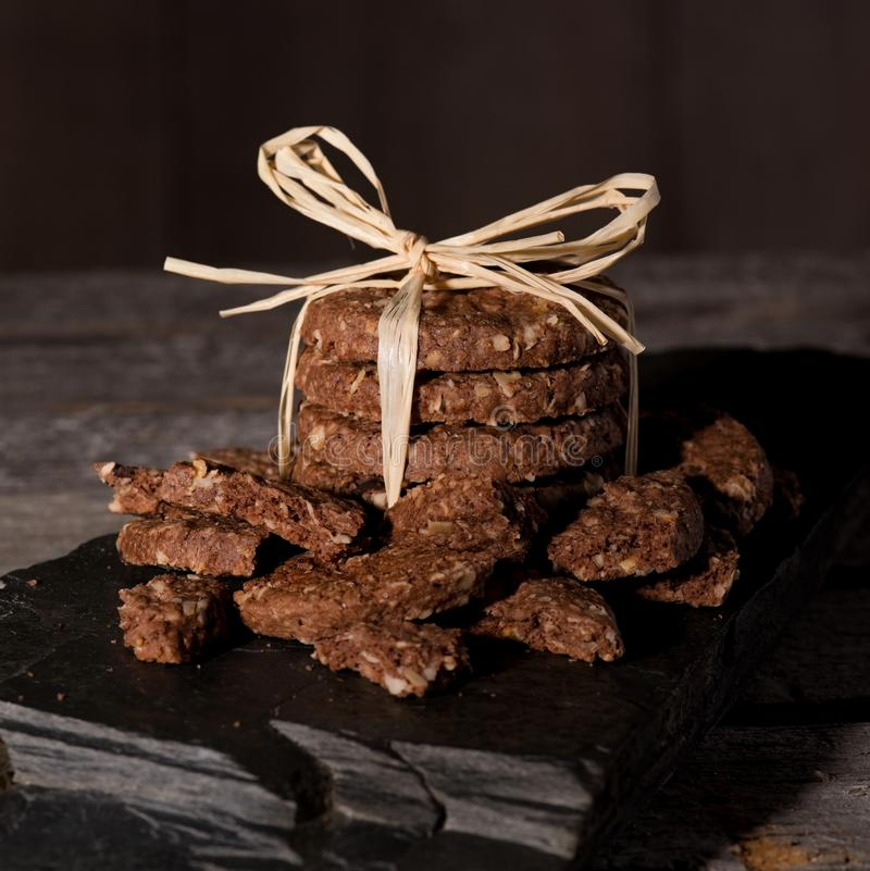Pilha de biscoitos do cereal com partes quebradas ao redor fotos de stock royalty free