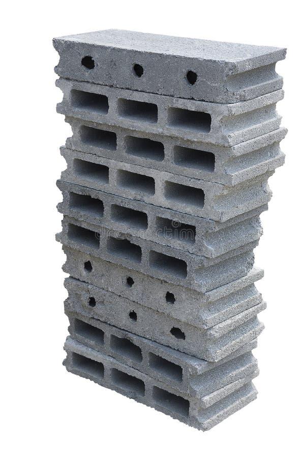 Pilha de bloco do tijolo do cimento no fundo branco isolado com trajeto de grampeamento Conceito do objeto e da estrutura foto de stock royalty free