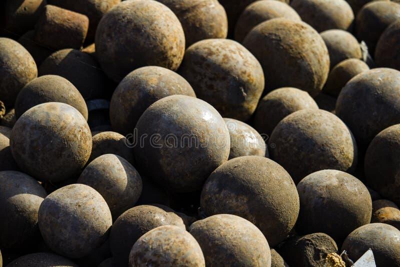 pilha de bolas de canhão oxidadas coloniais velhas fotografia de stock
