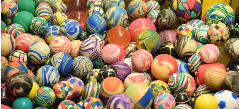 Pilha de bolas super coloridas com testes padrões originais imagens de stock royalty free