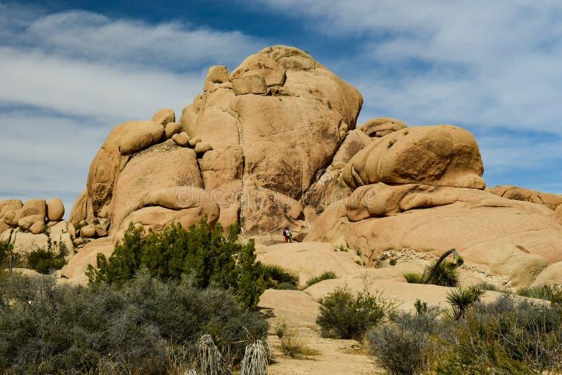 Pilha de Boulder com os povos na base fotos de stock royalty free