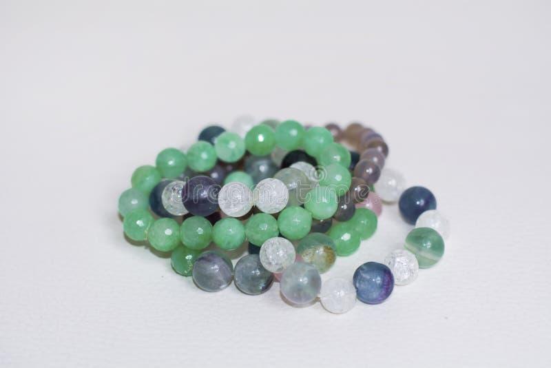 Pilha de braceletes verdes da pedra do aventurine imagem de stock