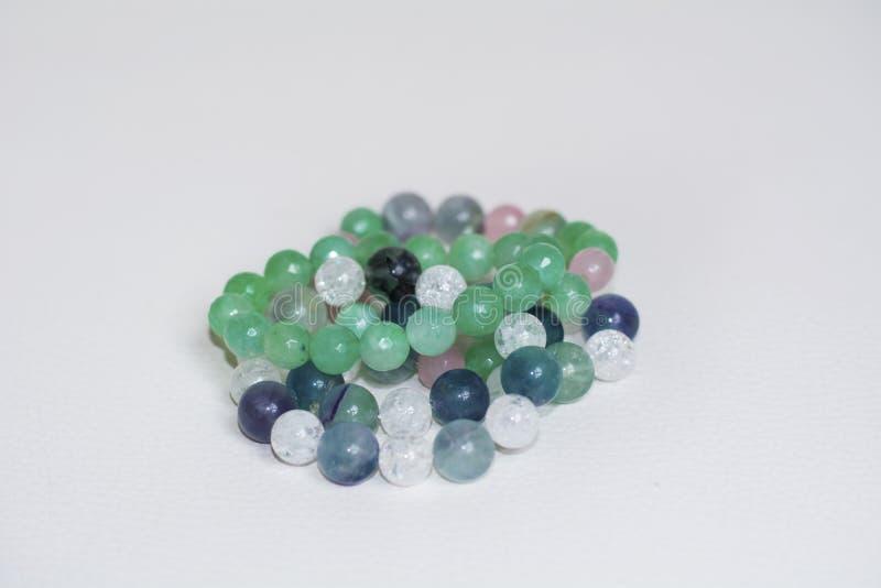 Pilha de braceletes verdes da pedra do aventurine fotografia de stock