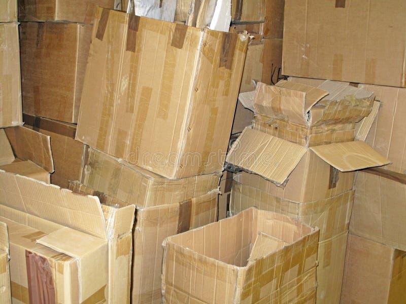 Pilha de caixas de cartão usadas imagens de stock