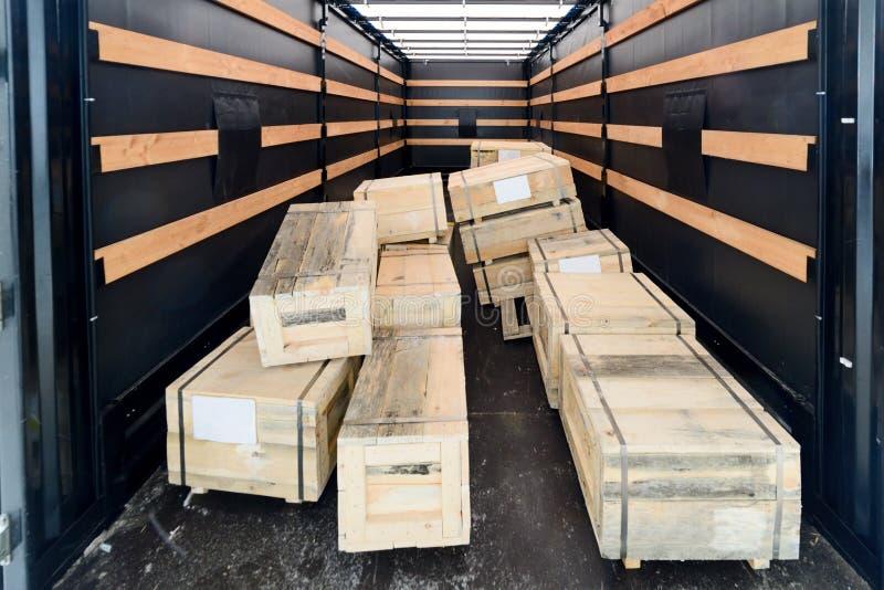 Pilha de caixas de madeira dentro do semitrailer da carga foto de stock