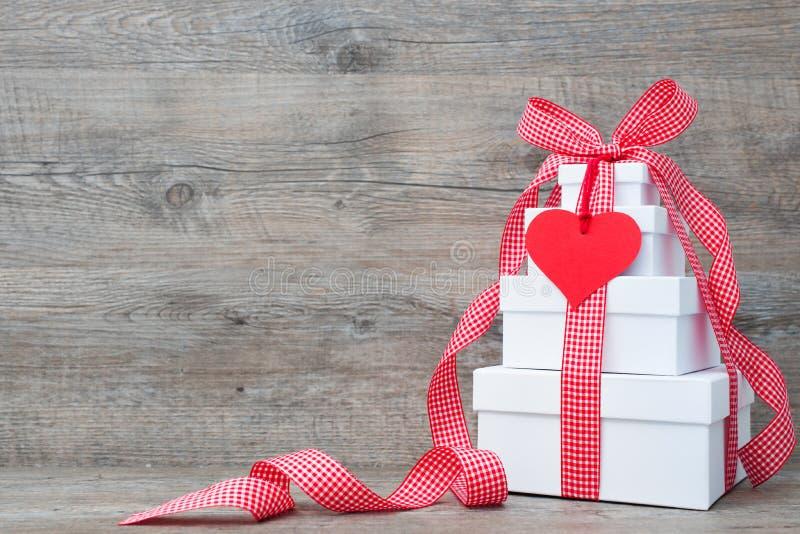 Pilha de caixas de presente com fita e curva fotografia de stock royalty free