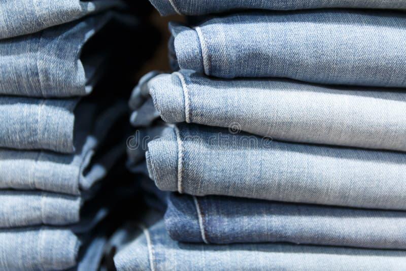 pilha de calças das calças de brim da roupa fotografia de stock