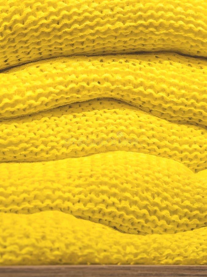 Pilha de camisetas amarelas em uma loja da forma foto de stock