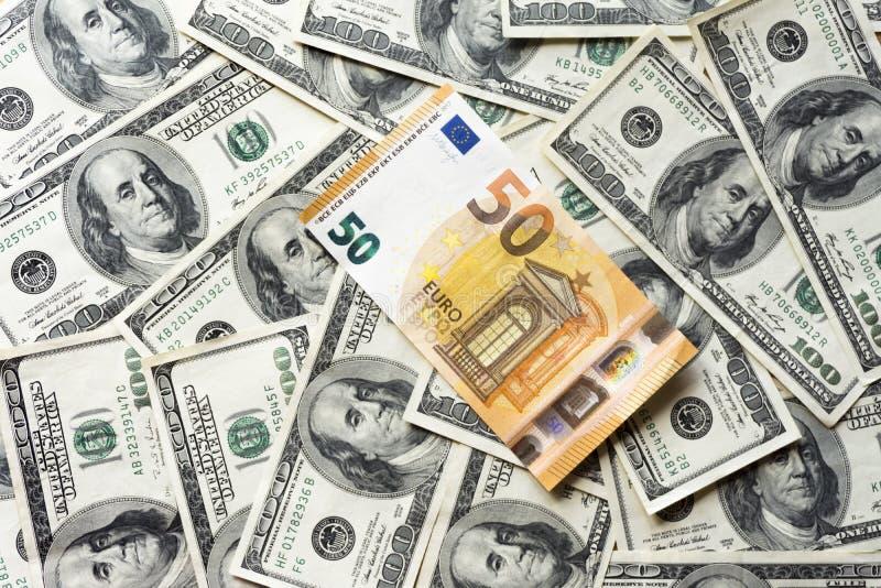 Pilha de cem contas velhas do dólar e do euro, dólares ascendentes próximos do euro fotos de stock royalty free