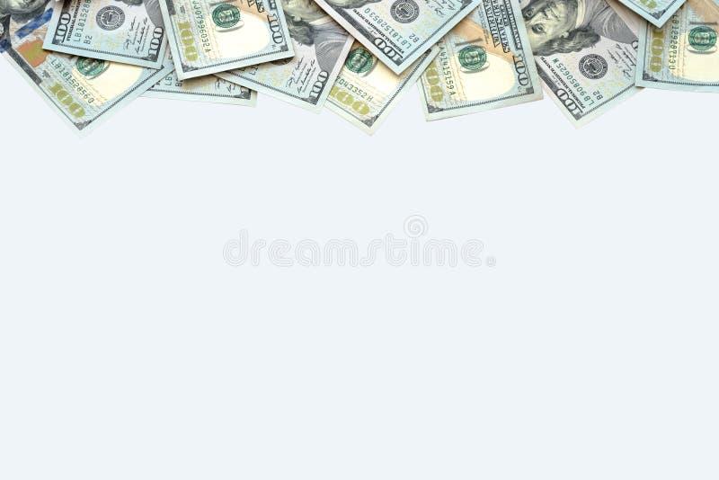 Pilha de cem dinheiros das notas de dólar dos E.U. na parte traseira do branco imagens de stock