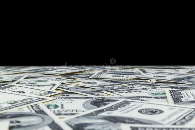 Pilha de cem notas de dólar isoladas no fundo preto Pilha de dinheiro do dinheiro em cem cédulas do dólar Montão de cem d imagens de stock