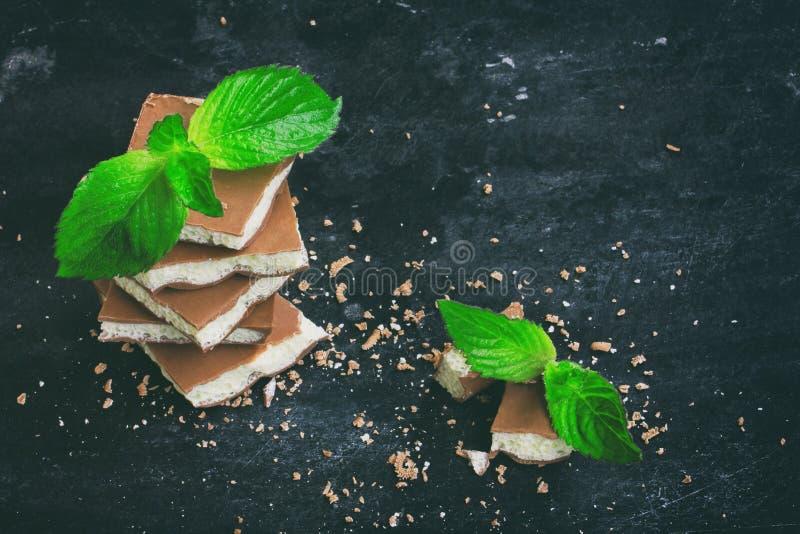 Pilha de chocolate branco e escuro poroso leitoso com hortelã fotografia de stock